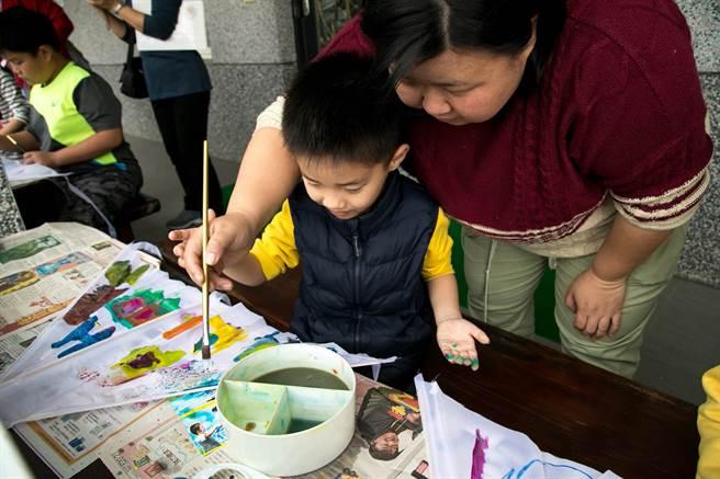知本老爺邀請自閉症孩童繪製希望風箏,贈與響應活動賓客。(圖片提供/知本老爺酒店)