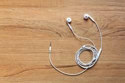 耳機共用易傳播細菌 最嚴重恐引發「失聰」