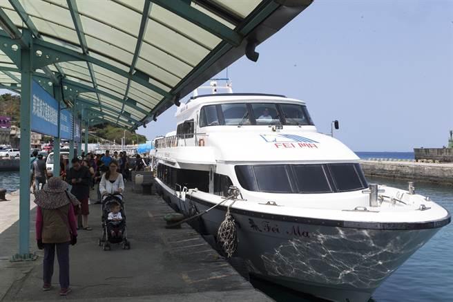 2018年訂為「海灣旅遊年」,小琉球也成為熱門觀光景點,小琉球碼頭不管平日假日,都有往來的人潮。(陳麒全攝)