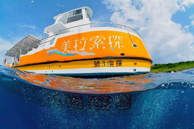 「探索拉美號」是小琉球第一艘雙引擎的玻璃半潛艇,讓不會遊泳,不會潛水的遊客,也可以不碰到水的去尋海龜。(探索拉美提供)