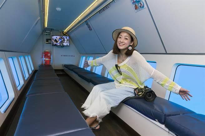 探索拉美號的玻璃船艙,有舒適的座椅、冷氣空調,遊客還可以趴著看海底美景。(陳麒全攝)