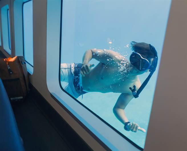 探索拉美號的許博翰還會下水遊過玻璃窗與遊客互動。(陳麒全攝)