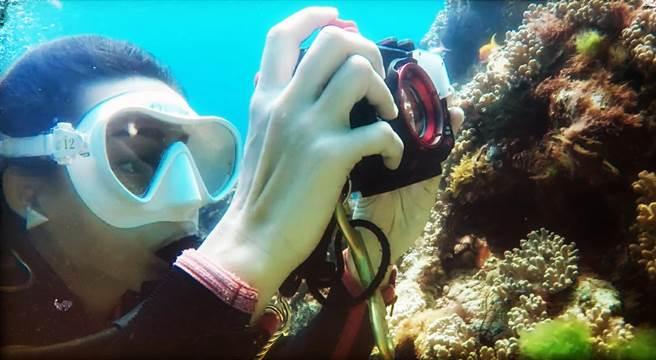 潛水的遊客可以拿著防水相機,盡情拍攝海洋美景。(陳麒全攝)