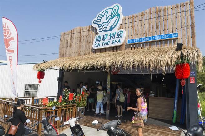 返鄉青年蔡宗樺經營的「海享划島」,在小琉球推動SUP(Stand Up Paddle)立式划槳運動。(陳麒全攝)