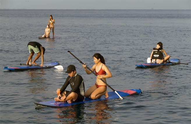 遊客可以在專業教練帶領下,在海上把自已當成航海王,站在SUP上去發現偉大的航路。(陳麒全攝)