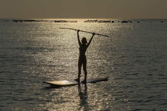 在平靜的海上,你的心情將會完全的放鬆,站在SUP迎著夕陽,是暫時逃離喧囂城市的好方法。(陳麒全攝)