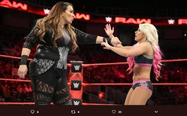 挑戰者潔克絲(左)與女子冠軍布莉絲相差了63公斤。(摘自推特@cagesideseats)