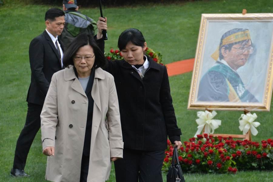 圖為總統蔡英文(前左)去年出席鄭南榕殉道29週年追思紀念會。中央社記者黃旭昇新北攝 107年4月7日
