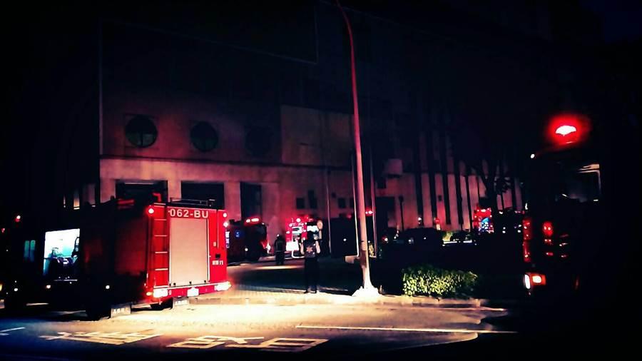高雄市中區資源回收廠晚間發生火警,幸好半小時內即被控制,並未造成人員受傷。(高市環保局提供)