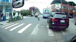 10歲童尿急衝馬路 被撞飛畫面驚人幸無大礙