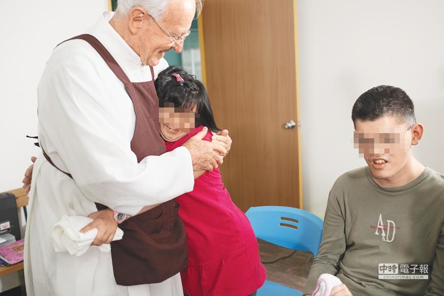 美善社福基金會執行長吳道遠神父(左)畢生奉獻台灣,首度舉辦「為弱勢而跑」美善盃路跑活動,目前報名人數未如預期。(曹婷婷攝)