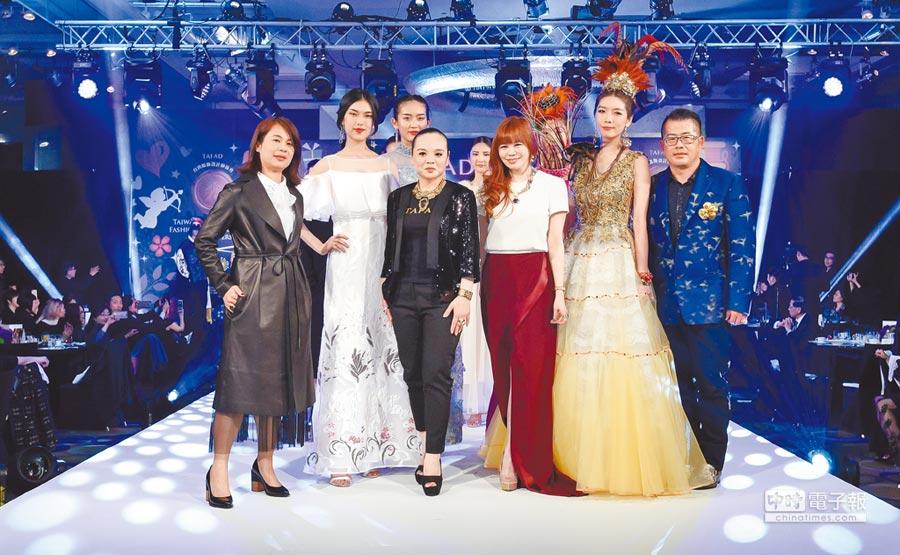 台灣服飾設計師協會理事長陳意(前排左三)與執行長溫筱鴻(前排右三)舉辦「愛。時尚」晚宴,與榮譽理事長林國基(右)、克萊亞品牌總監蔡麗玉(左)合影。(樂時尚提供)