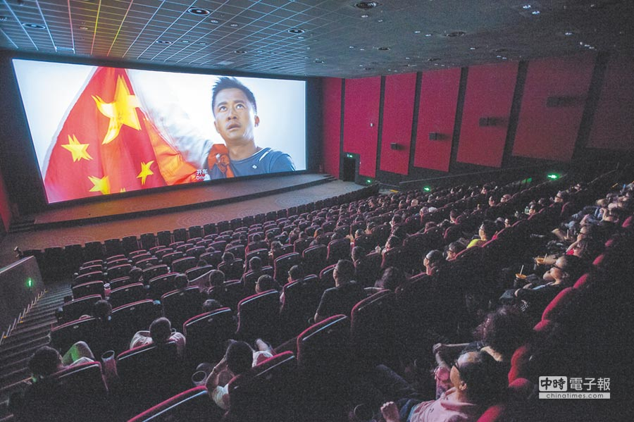 8月8日,山西太原民眾在電影院看《戰狼2》。(中新社)