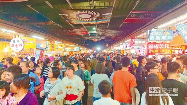 花蓮東大門夜市在清明節連假前2個晚上就突破4萬人次,重現大地震前的熱鬧景象。(許家寧攝)