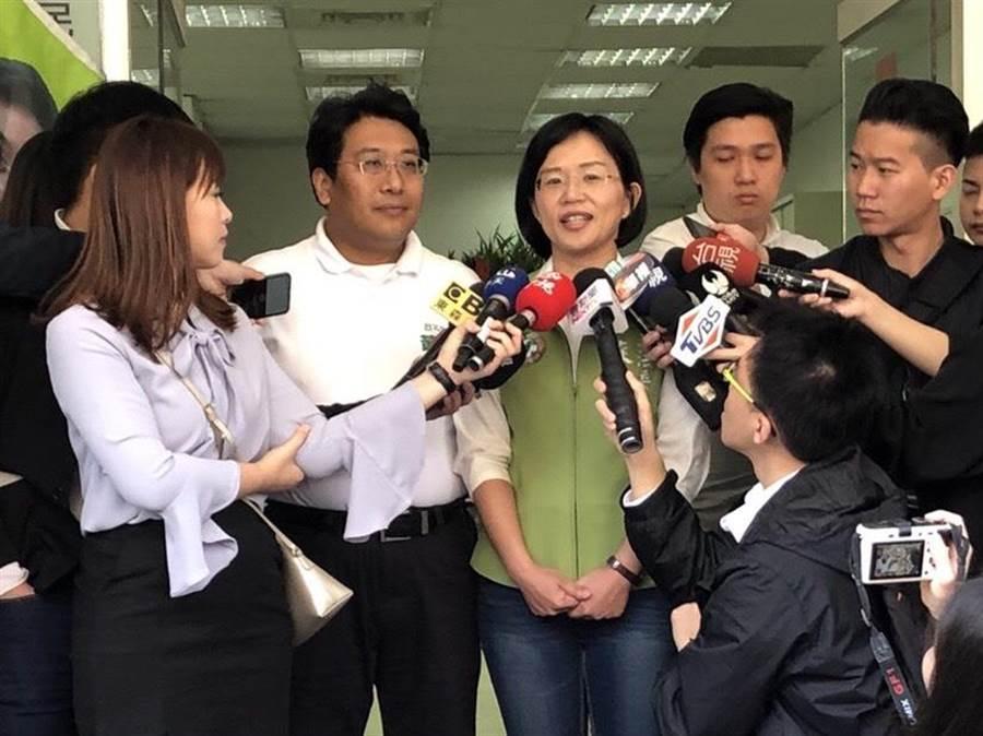 綠委蘇巧慧上午陪同台北市議員黃向群掃街,被媒體問及父親蘇貞昌可能被徵召選新北市長一事。(蘇巧慧辦公室提供)