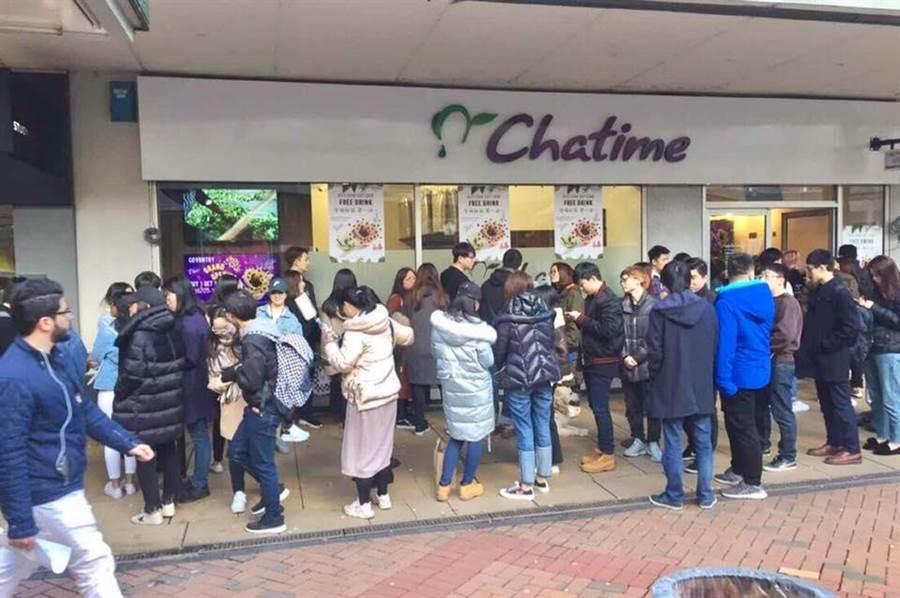 六角旗下茶飲品牌「Chatime日出茶太」首季海外布局有成,圖為英國倫敦的Coventry Store新店開幕。(業者提供)