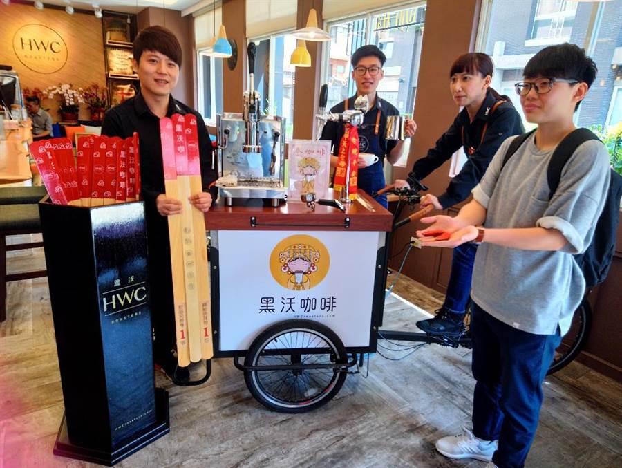 黑沃咖啡今年再度出動行動咖啡車,製作超大型籤筒,舉辦抽籤贈好禮趣味活動、炒熱現場氣氛。(圖/曾麗芳)