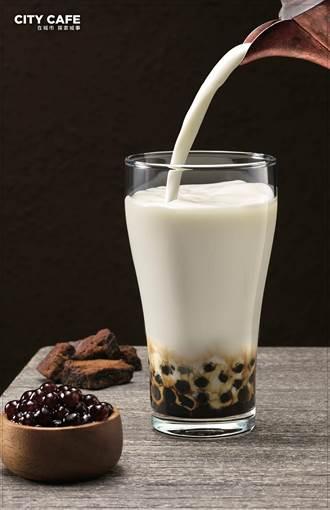 跟手搖杯拼了!7-11黑糖撞奶一周賣50萬杯