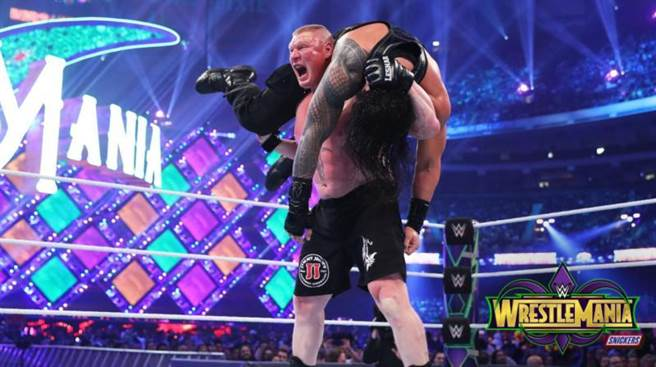 WWE冠軍萊斯納扛起瑞恩斯。(摘自WWE推特)