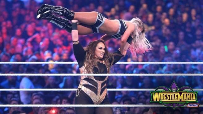 潔克絲舉起女子冠軍布莉絲。(摘自WWE推特)