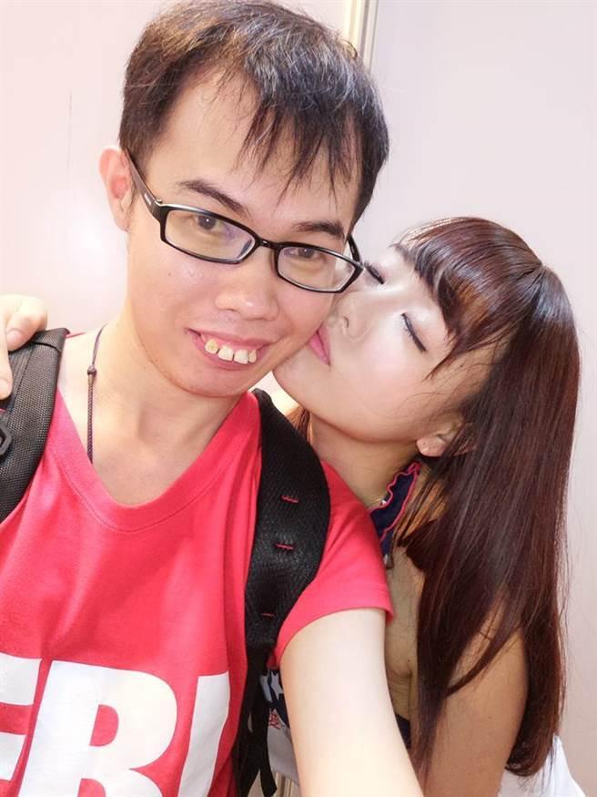 鄧佳華(左)與AV女優濱崎真緒(右)自拍照。(圖/翻攝自鄧佳華臉書)