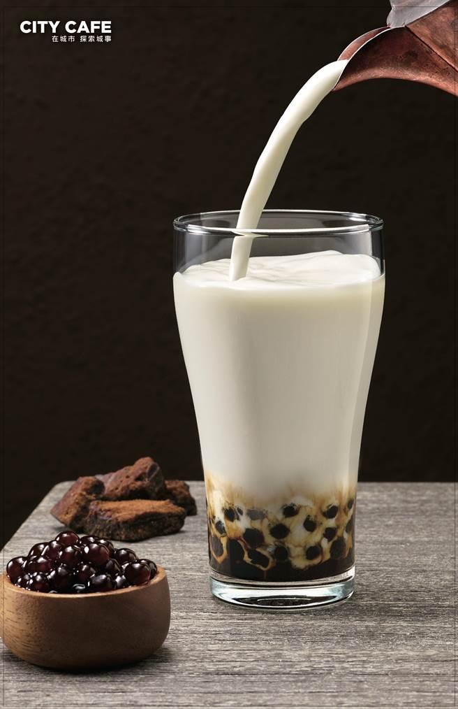茶飲市場競爭激烈,7-11正式開賣「黑糖珍珠撞奶」,上市一周熱銷超過50萬杯。(7-11提供)