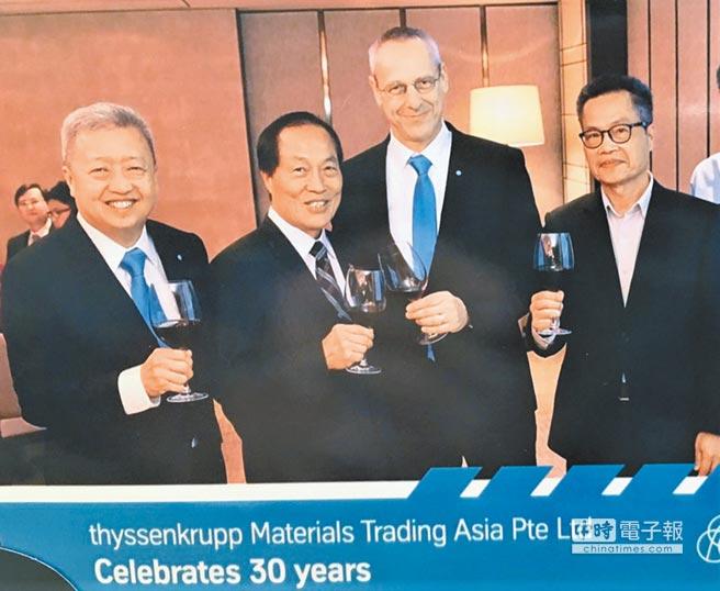 亞洲蒂森克虜伯材料貿易公司年初於新加坡歡慶30周年,特邀福南鋼鐵同慶,雙方合影,Andy Goh(Chief Representative Heavy Plates Asia Pacific)(左一起)、福南董事長梁新、Mr Wolfgang Schnittker(thyssenkrupp Material Trading GmbH CEO)、總經理梁傳繼。圖/福南鋼鐵提供