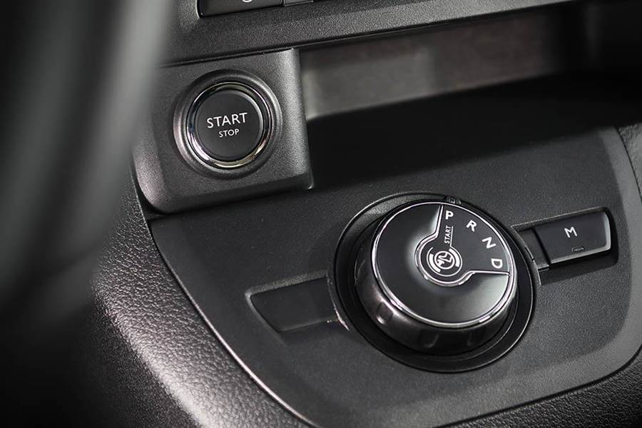 轉盤式變速系統介面相當特殊,一旁則有按鍵式引擎啟動機制。(圖/本報社資料照)