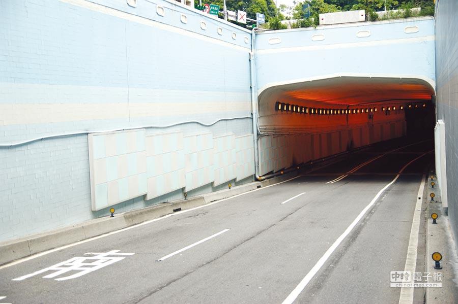 青鋼微孔吸音板應用在大型公共工程、廠辦、商辦大樓的吸音、減噪工程訂單,持續增溫;圖為地下道的微孔吸音牆,有效解決交通噪音的困擾。圖/青鋼應用材料提供