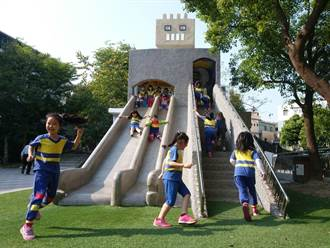 超萌機器人變身公園溜滑梯 孩童玩心大開