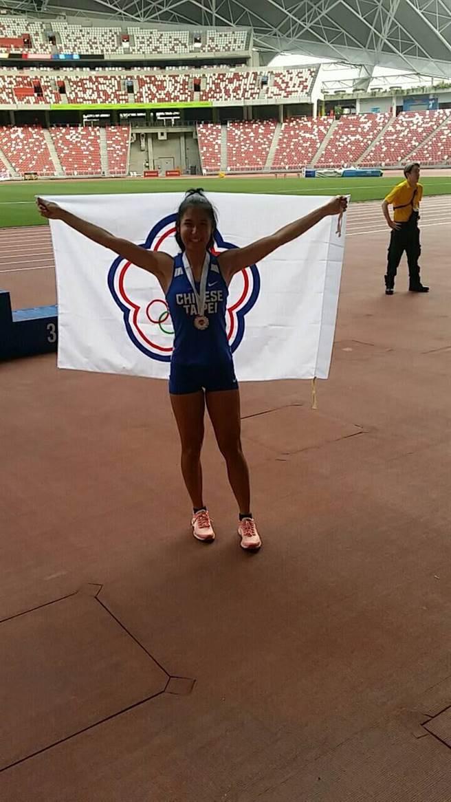 廖晏均在新加坡田徑公開賽女子100公尺比賽獲得銀牌。(許唐漢教練提供)