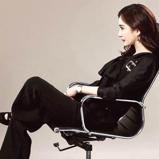女星楊冪在偶像劇《談判官》中的造型被譽為魅力指標,她更多次配戴J. HARDYMENT的配件亮相。(翻攝自J. HARDYMENT官方IG)