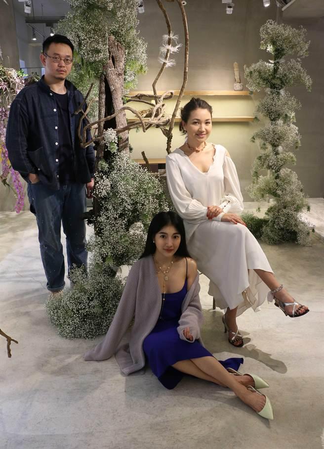 (從左至右)花藝師HAO JHE LIAO廖浩哲、Snob創意總監Vivienne曹詩薇與設計師Joanna Hardyment一同於花藝裝置前合影。(Snob提供)