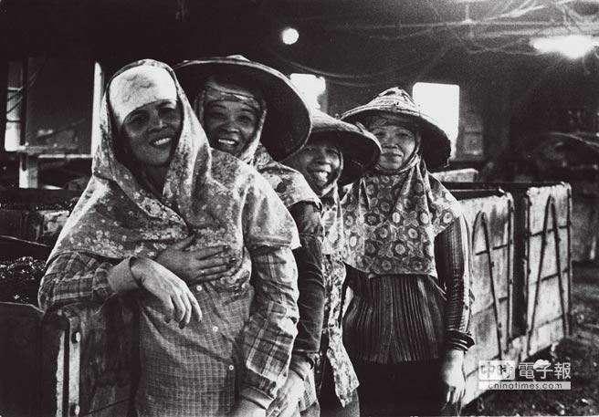 坑外的工作幾乎由女性包辦,笑靨反應了貼補家用的滿足。(朱健炫提供)