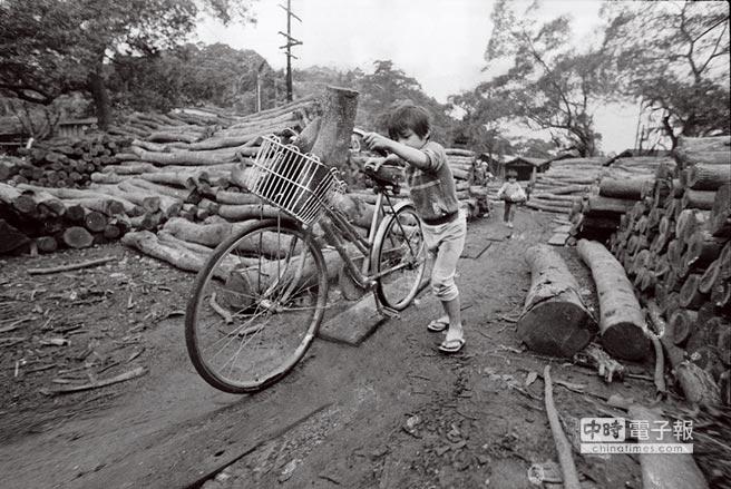 礦工的兒女在礦區生活,也利用腳踏車載運木頭。