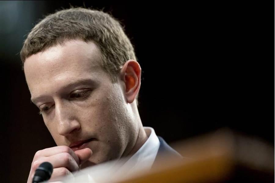 臉書董事長兼執行長祖克伯10日在國會山莊(Capitol Hill)作證時的神情。(美聯社)