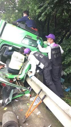 國道北向70.3公里 貨櫃車翻覆 1人受傷