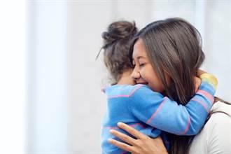 揪感心!女子想跳河輕生 10歲女童抱抱:煩惱事說出來就好了!