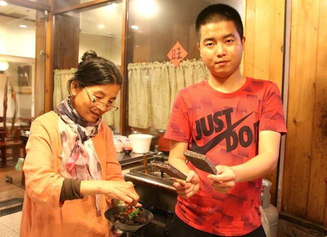 ▲埔里鎮公所前的四季滷味豬血糕,特殊作法加獨門醬料,美味可口,遠近馳名。(楊樹煌攝)