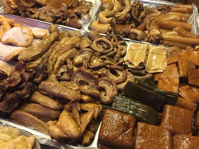 ▲埔里四季滷味店獨門特調熬煮的醬汁,不僅豬血糕口風味獨特,該店的魯味更是一絕。(楊樹煌攝)