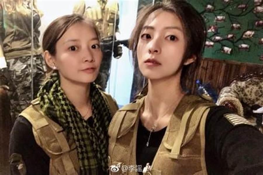 大陸新生代女神李謠和大陸羽壇美女黃雅瓊(左)合照。(摘自李謠微博)