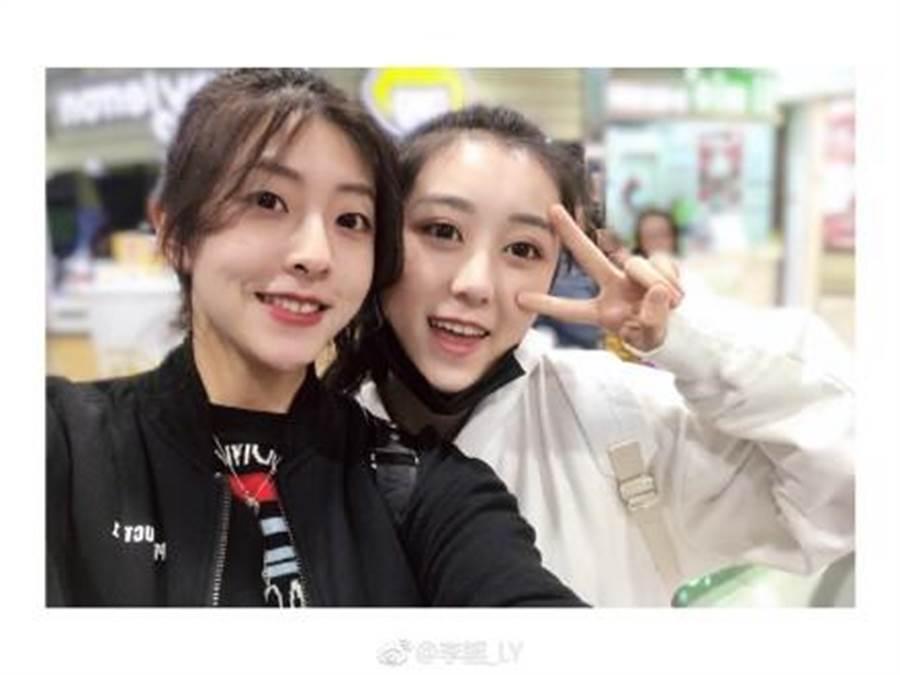 大陸女神李謠(左)美艷動人。(摘自李謠微博)