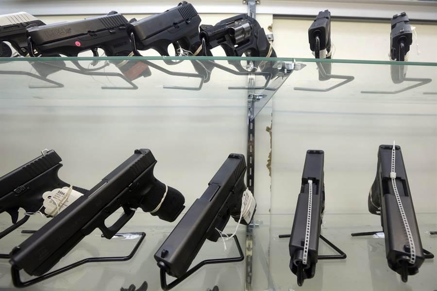 美國槍枝氾濫,校園槍擊案頻傳,為了避免類似悲劇再發生,賓州米爾克里克鎮學區想出了給老師和教職員迷你球棒,以對付槍手的辦法。圖為佛羅里達州邁阿密一家槍枝專賣店展售的槍枝。(美聯社)