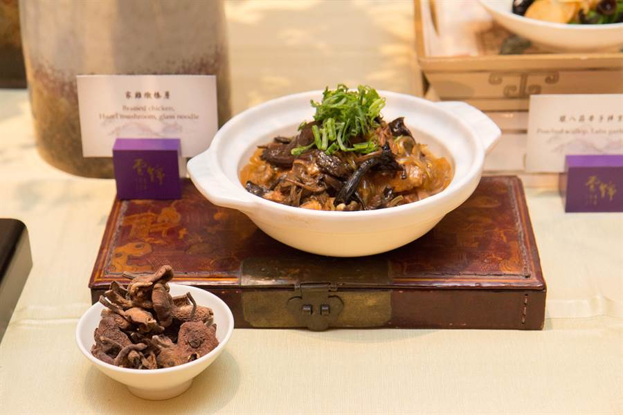 「家雞燉榛蘑」為東北地區女婿必吃的道地料理。(台北君悅酒店提供)