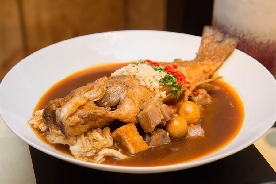 「鐵鍋燉鱸魚」。(台北君悅酒店提供)