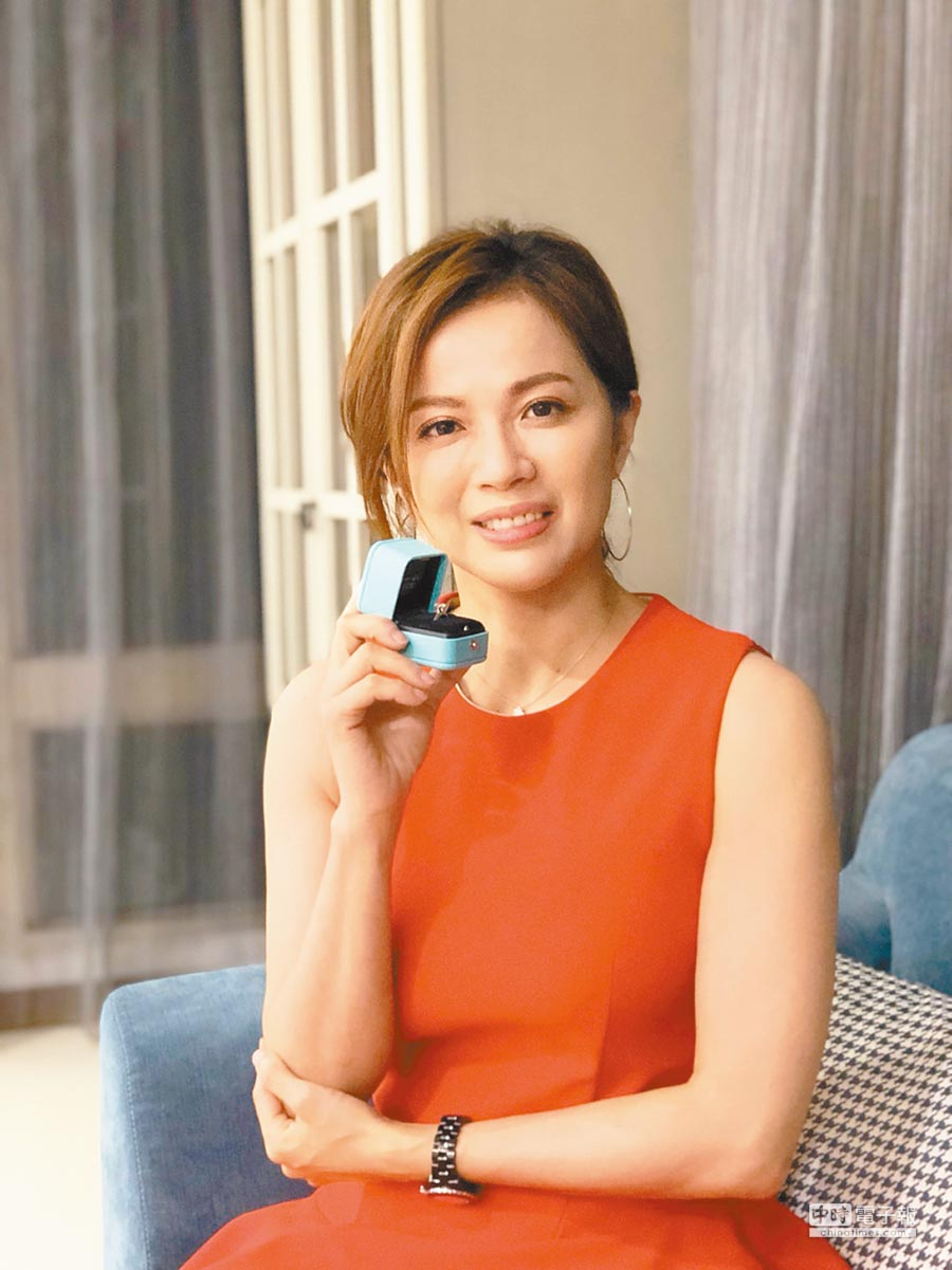 陳施羽先前被浪漫求婚,男友獻上Tiffany鑽戒。(神彩藝藝新媒體提供)