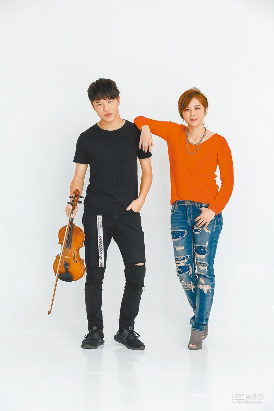 陳施羽(右)與小孩感情融洽,對於兒子將出國讀書,十分不捨。(資料照片)