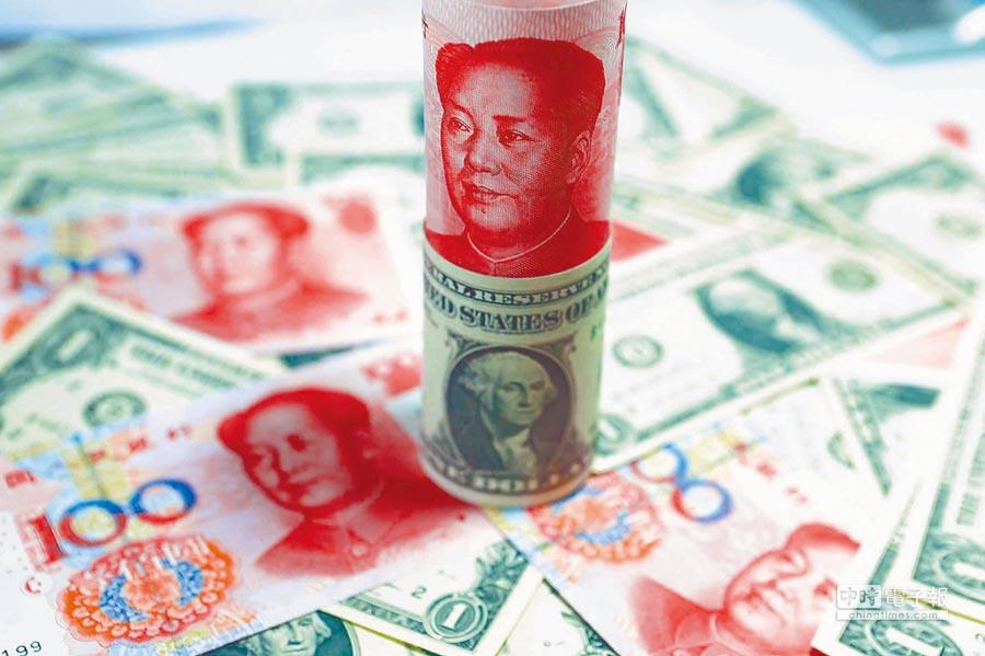 人民幣貶值的傳聞不斷。圖為人民幣及美元。(中新社資料照片)