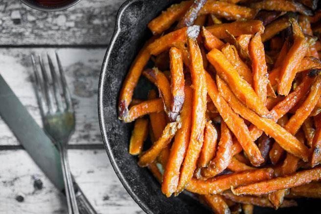 食藥署建議,高溫烹調避免生出丙烯醯胺,油炸薯條得厚切,而洋芋片愈薄切愈好。(達志影像/shutterstock)