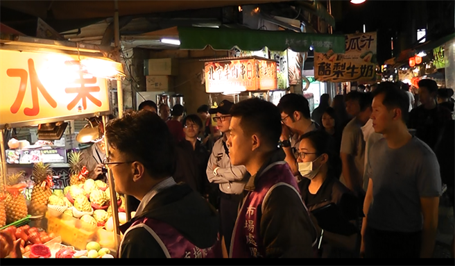台北市場處近期針對士林夜市加強稽查。(台北市場處提供)